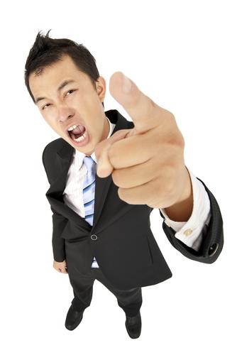 homem reclamando e apontando o dedo