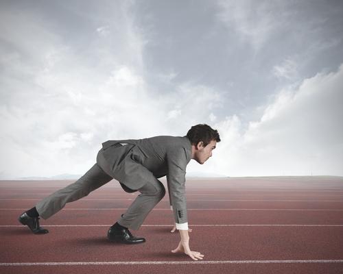 Homem se preparando para correr.