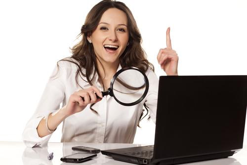 Mulher usando um computador.
