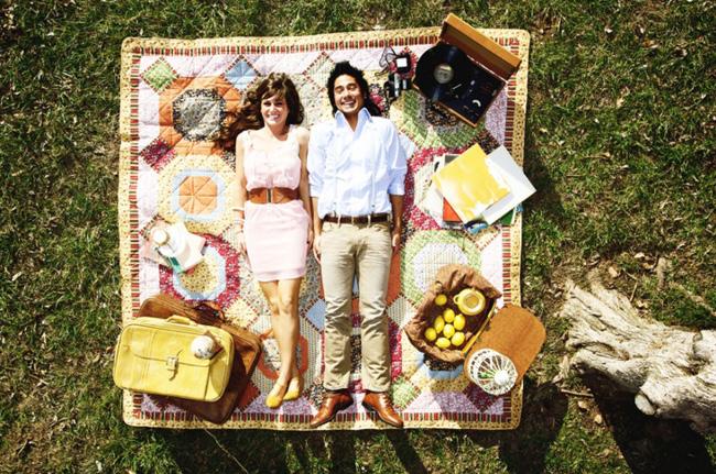 casal fazendo um piquenique