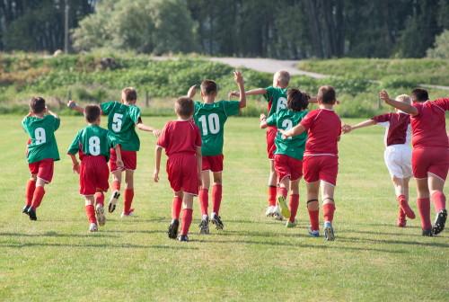 homens jogando futebol