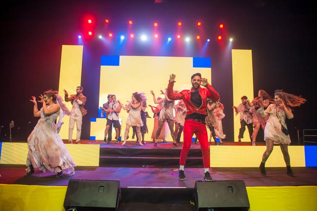 Se você está procurando uma fantasia coletiva para toda a sua galera, o Thriller do Michael Jackson é a solução!