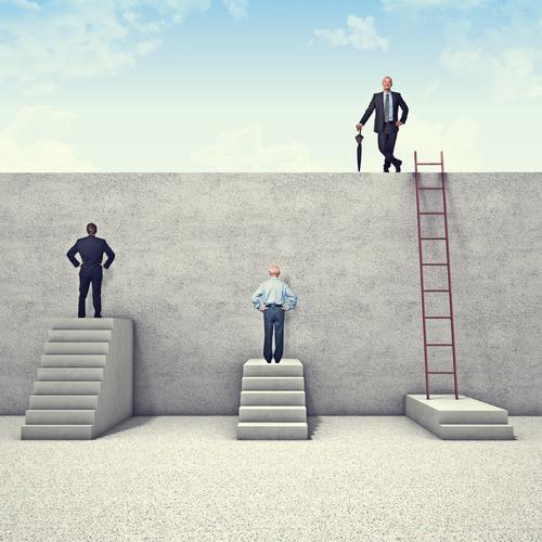 homem usando escada para subir em um muro