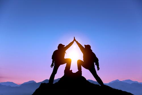 Dois homens escalando uma montanha