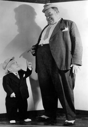 homem alto e homem baixo conversando