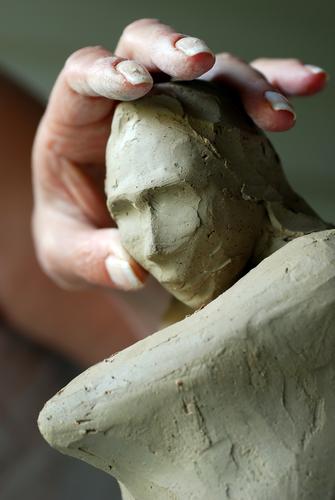 homem esculpindo uma estátua