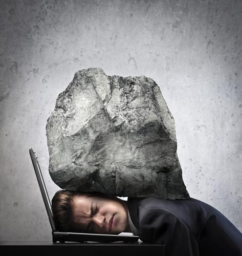Homem usando computador com esforço
