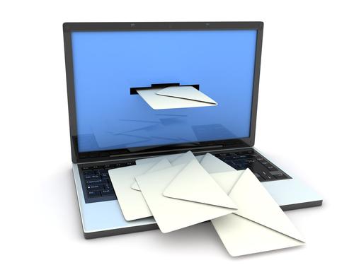 envelepos saindo de dentro de um computador