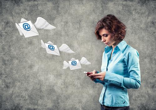 mulher enviando um email