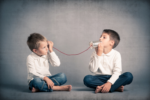 dois meninos conversando