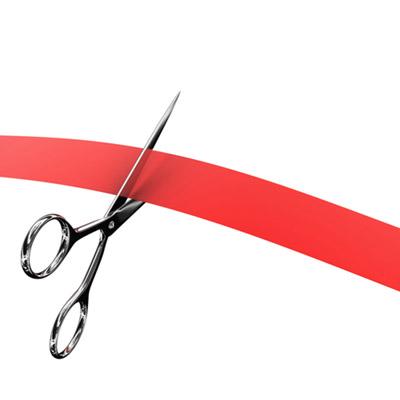 Tesoura cortando uma longa faixa