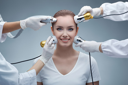 mulher recebendo tratamento estético