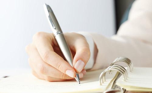 mão escrevendo uma lista