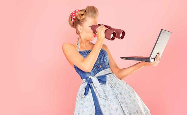 mulher usando um binóculo